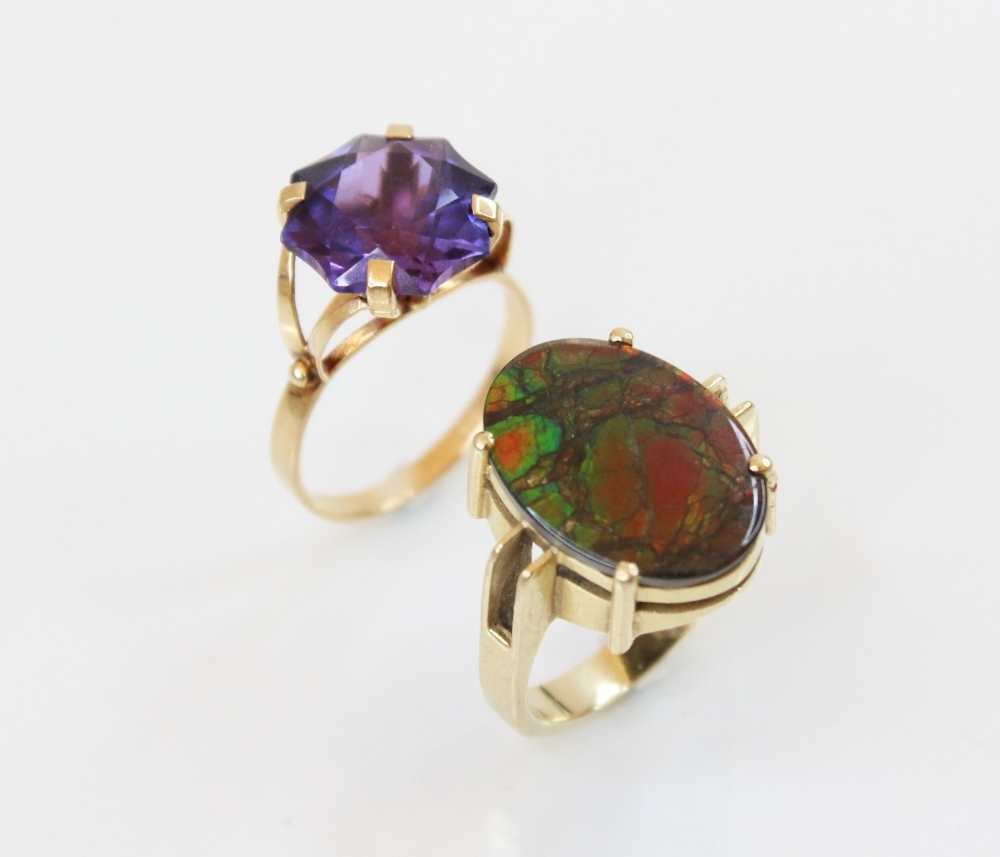 An ammolite triplet ring, the central oval ammolite panel (measuring 17mm x 12mm) - Image 2 of 6