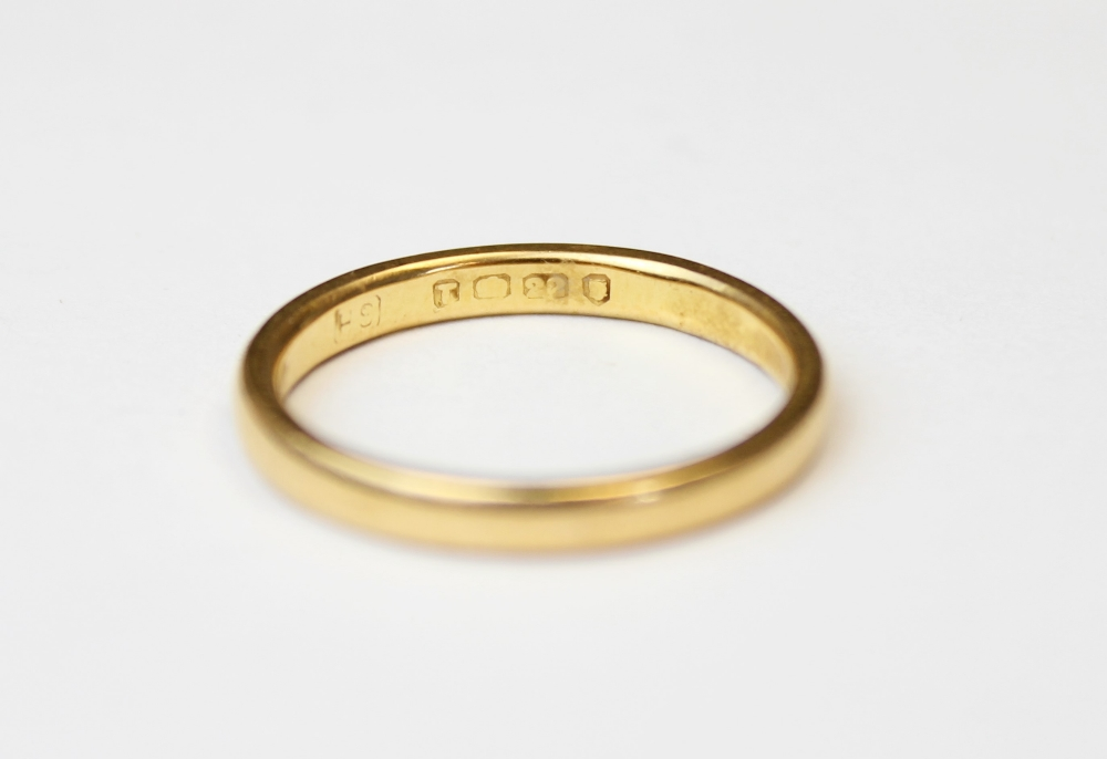 A 22ct gold wedding band, marks for London 1954, ring size M 1/2, weight 3.5gms - Image 3 of 4