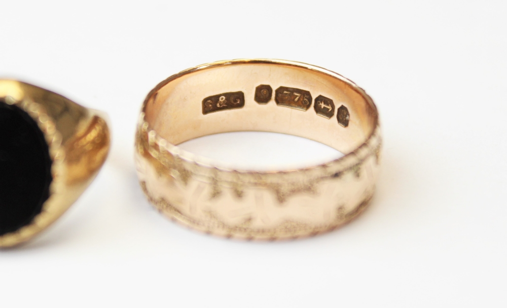 A Victorian 9ct gold wedding band, the exterior engraved with a three-leaf clover design, marks - Image 4 of 4