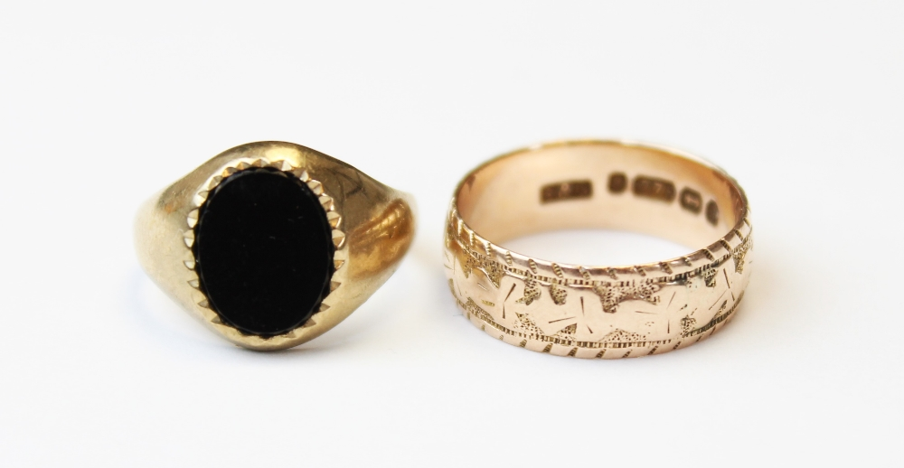 A Victorian 9ct gold wedding band, the exterior engraved with a three-leaf clover design, marks - Image 3 of 4
