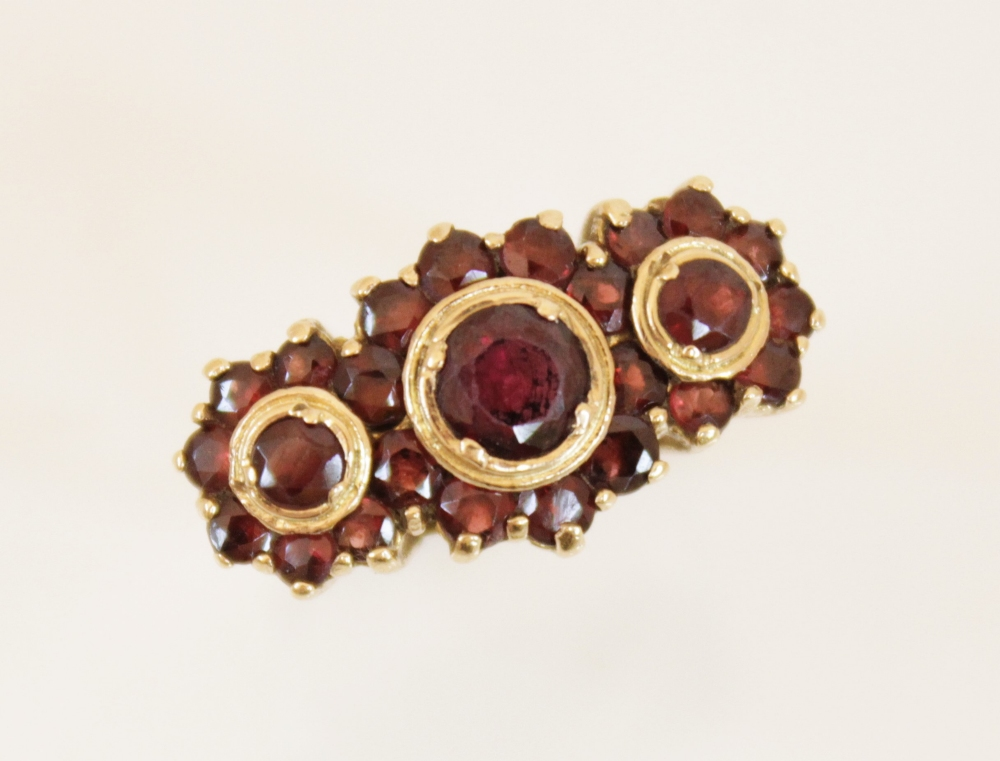 A 9ct gold garnet cluster ring, comprising three principle round mixed cut garnets (measuring - Image 2 of 4