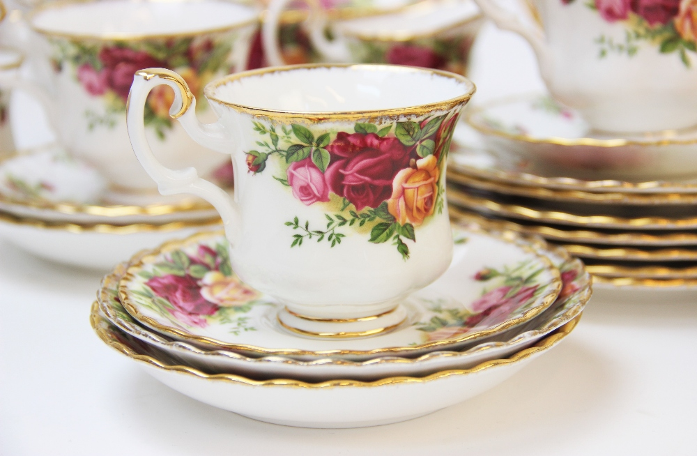 A Royal Albert part service in the 'Old Country Roses' pattern, comprising; seven dinner plates, six - Image 3 of 6