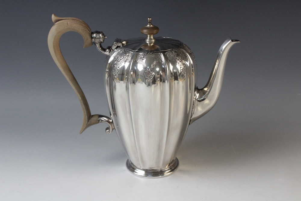 A four-piece silver tea service by Mappin & Webb, Sheffield 1975, comprising teapot, hot water - Image 4 of 5