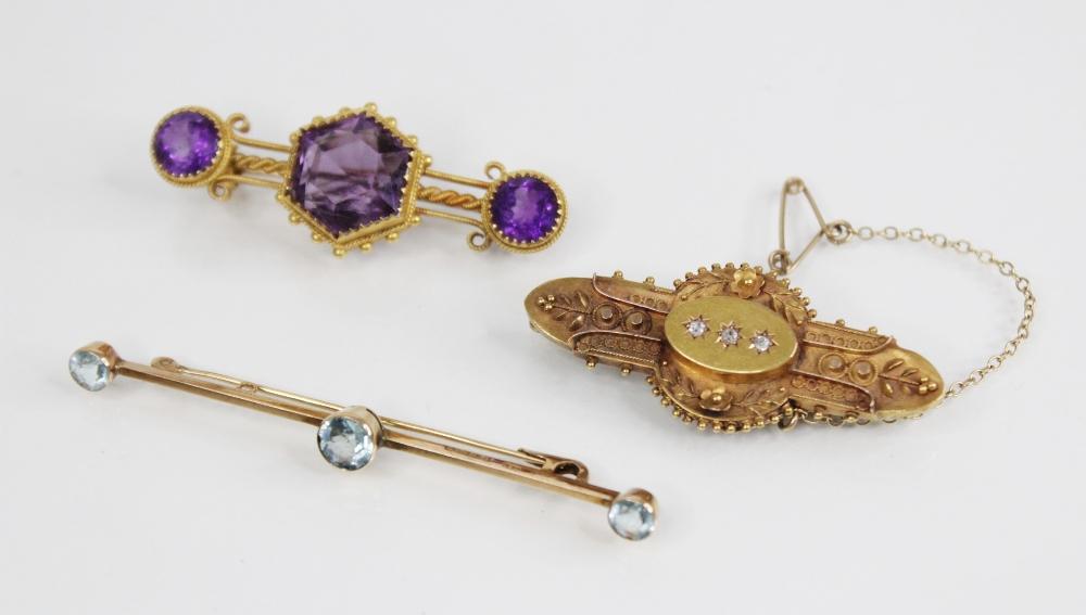 A Victorian amethyst set 15ct gold bar brooch, comprising a central hexagonal mixed cut amethyst,