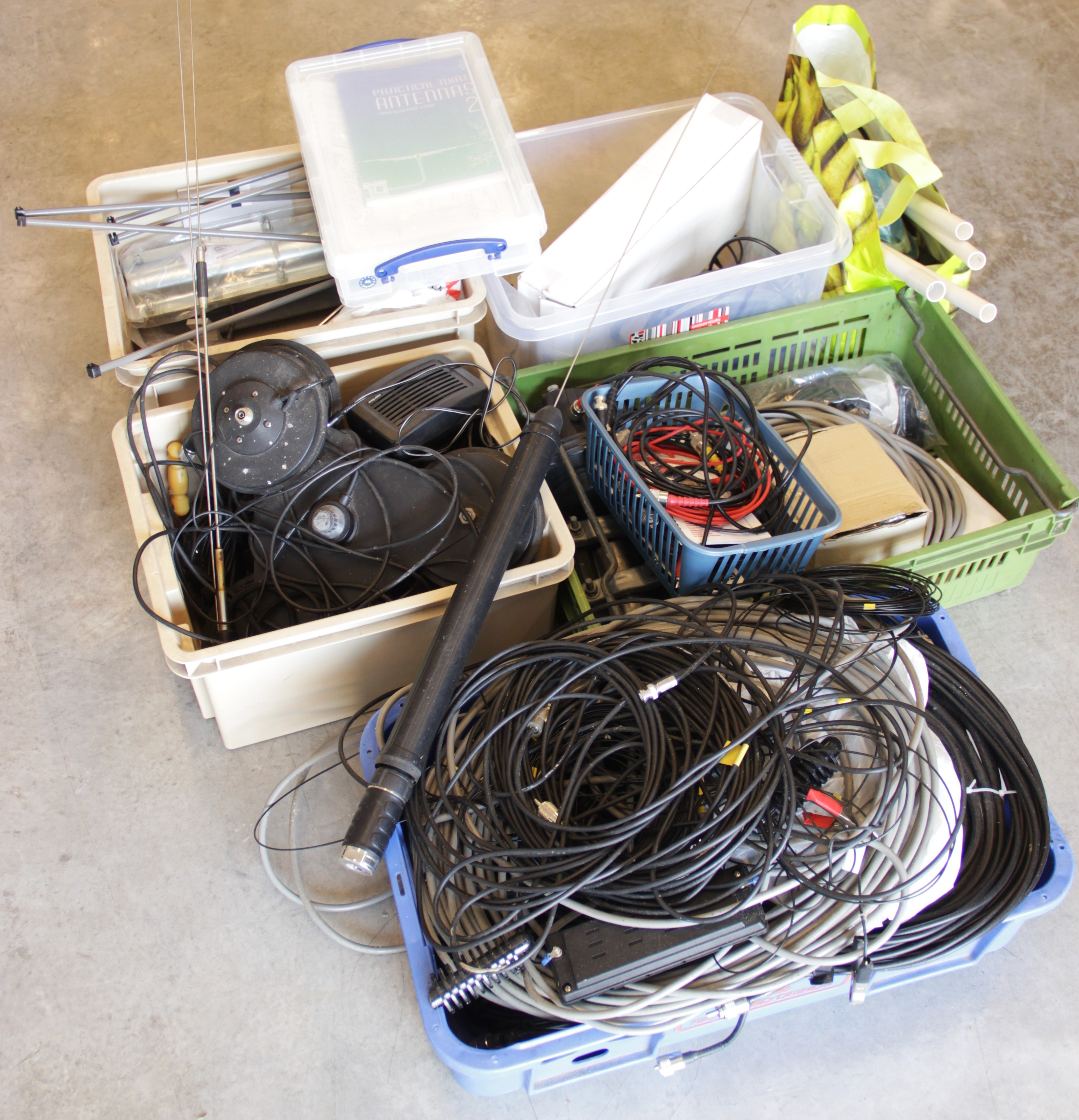 A collection of amateur 'ham' radio equipment, comprising: a Yaesu FTDX 3000 transceiver, an ATU 897 - Image 4 of 13