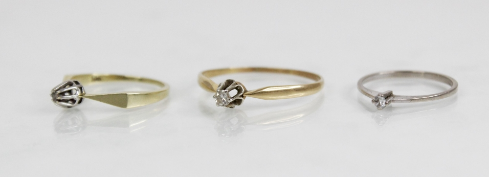 A diamond solitaire ring, the central round brilliant cut diamond (weighing approximately 0.10 - Image 2 of 4