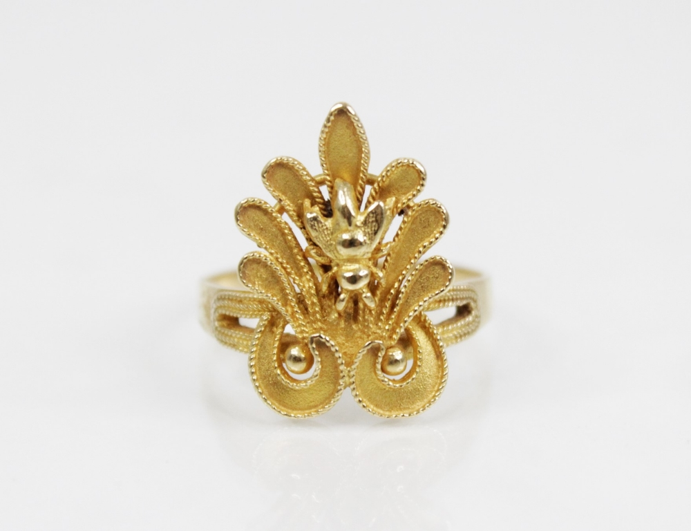 An 18ct gold dress ring, designed as bee set to a stylized leaf with rope twist decoration, 23mm x