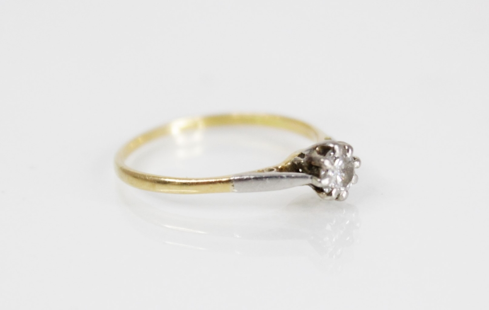 A diamond solitaire ring, the central round brilliant cut diamond (weighing between 0.20 - 0.25 - Image 2 of 4