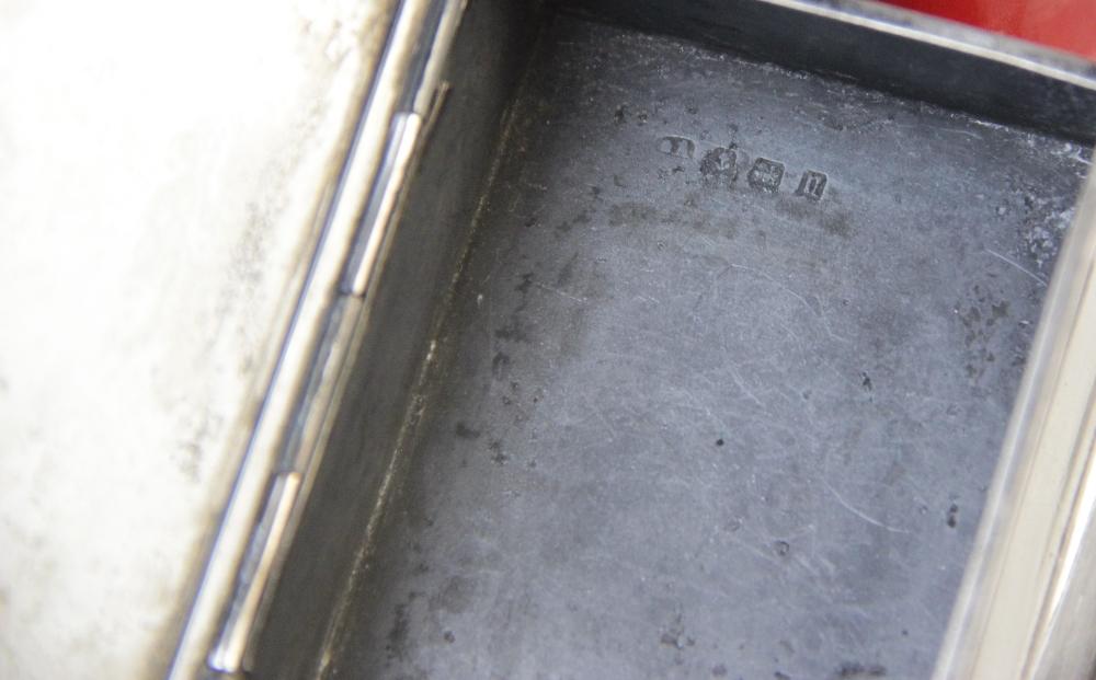 A George V silver table vesta, marks for Birmingham 1912 (maker's mark worn), of rectangular form - Image 3 of 5