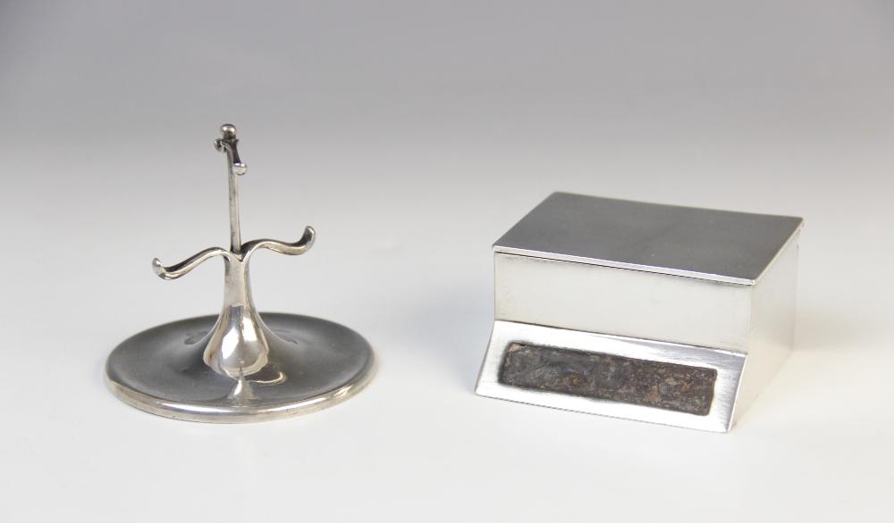 A George V silver table vesta, marks for Birmingham 1912 (maker's mark worn), of rectangular form