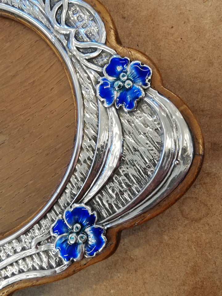 An Art Nouveau silver and enamel photograph frame, Synyer & Beddoes, Birmingham 1904, of shaped - Image 7 of 11