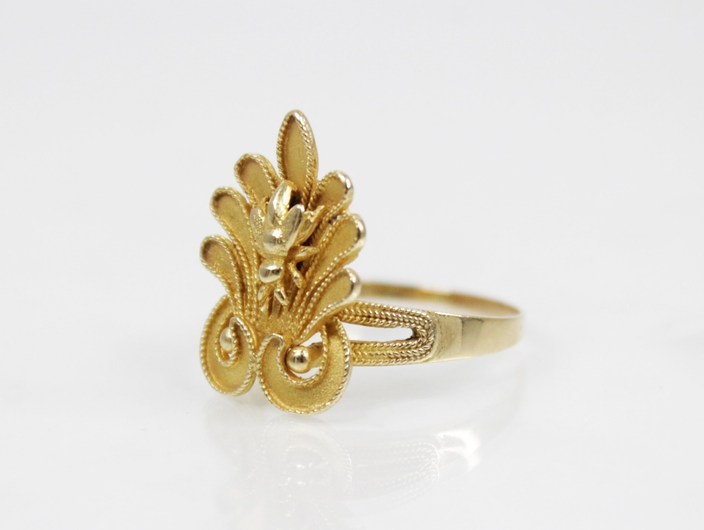 An 18ct gold dress ring, designed as bee set to a stylized leaf with rope twist decoration, 23mm x - Image 2 of 3
