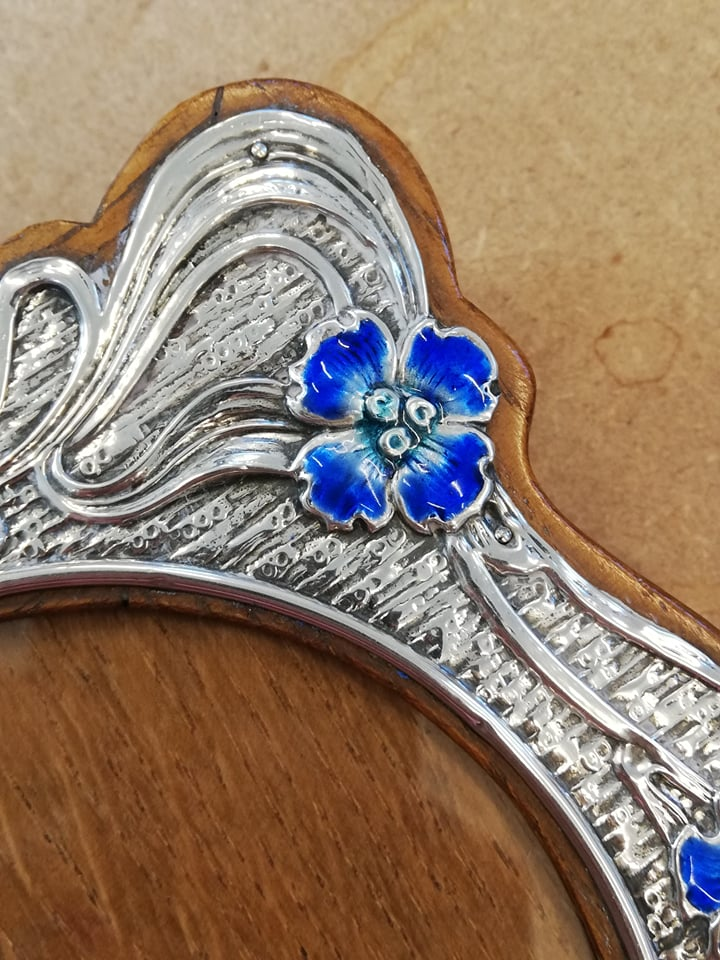 An Art Nouveau silver and enamel photograph frame, Synyer & Beddoes, Birmingham 1904, of shaped - Image 5 of 11