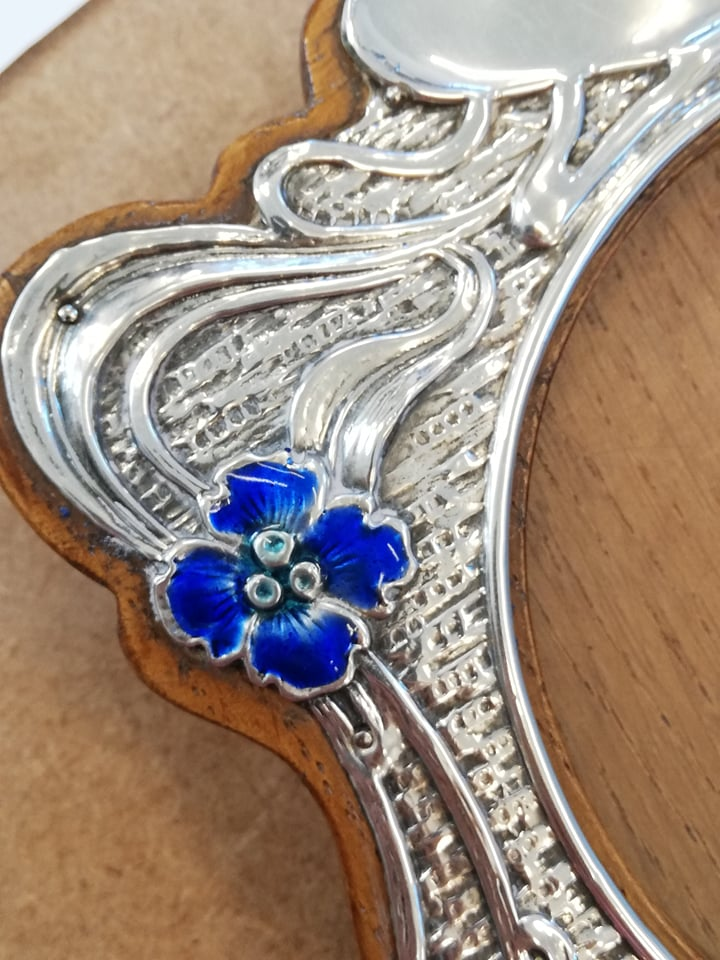 An Art Nouveau silver and enamel photograph frame, Synyer & Beddoes, Birmingham 1904, of shaped - Image 4 of 11