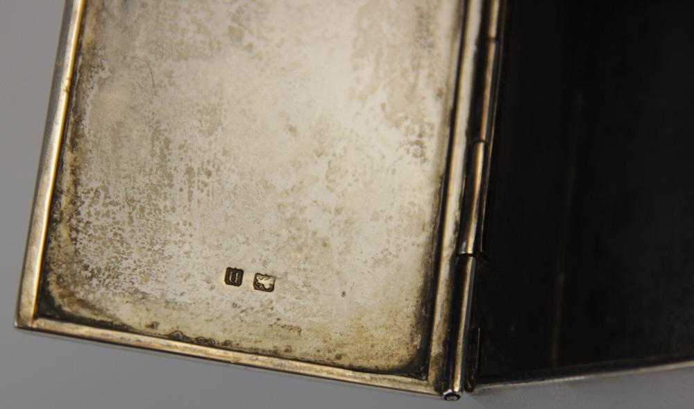 A George V silver table vesta, marks for Birmingham 1912 (maker's mark worn), of rectangular form - Image 4 of 5