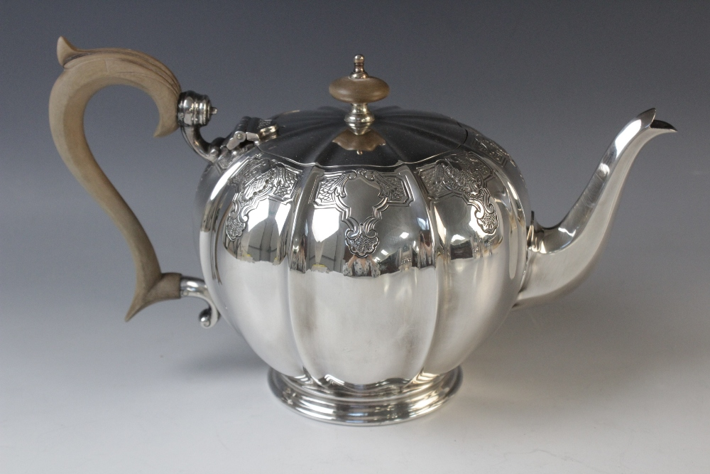 A four-piece silver tea service by Mappin & Webb, Sheffield 1975, comprising teapot, hot water - Image 3 of 5