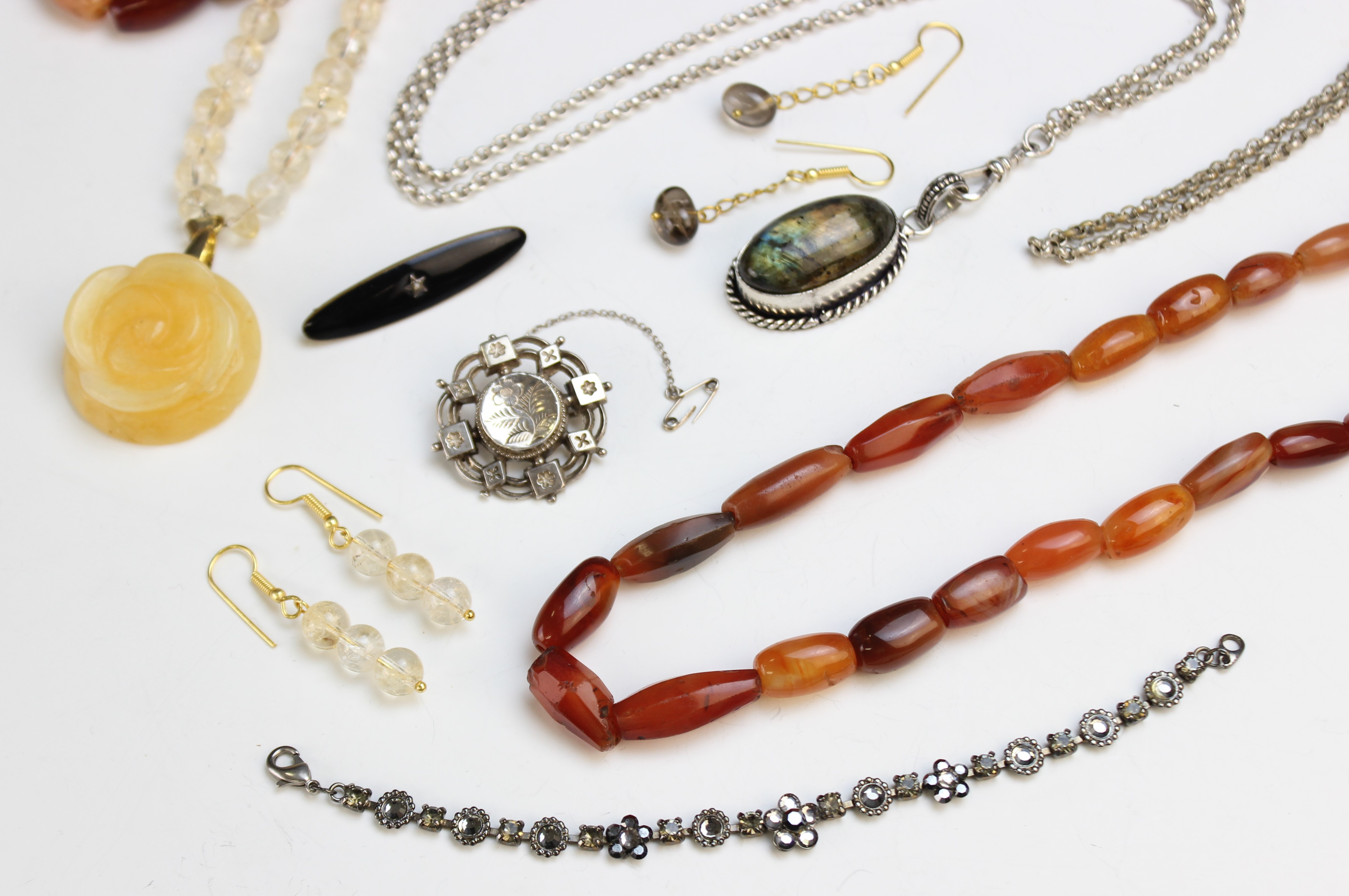 A selection of antique and vintage jewellery, to include a Victorian silver target brooch, marked - Image 2 of 5