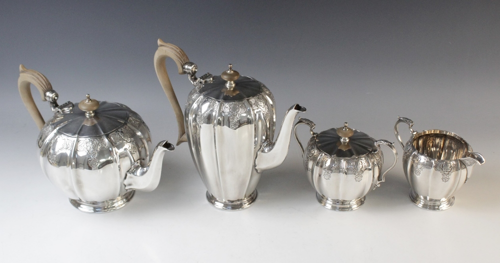 A four-piece silver tea service by Mappin & Webb, Sheffield 1975, comprising teapot, hot water - Image 2 of 5