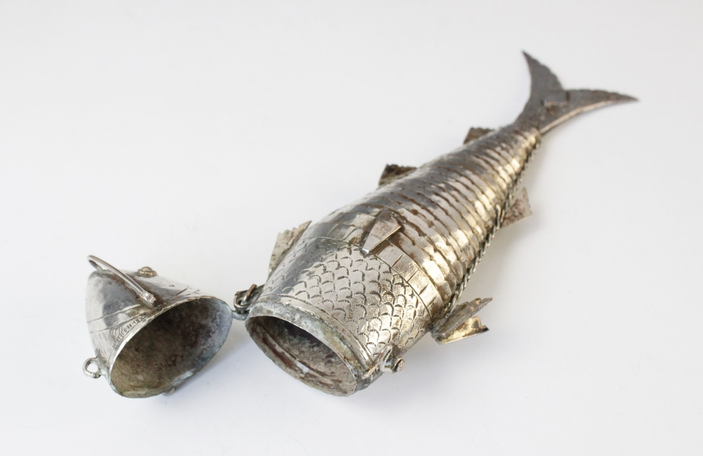 A continental plated articulated fish snuff, hinged head with hook fastenings, engraved decoration - Image 3 of 3