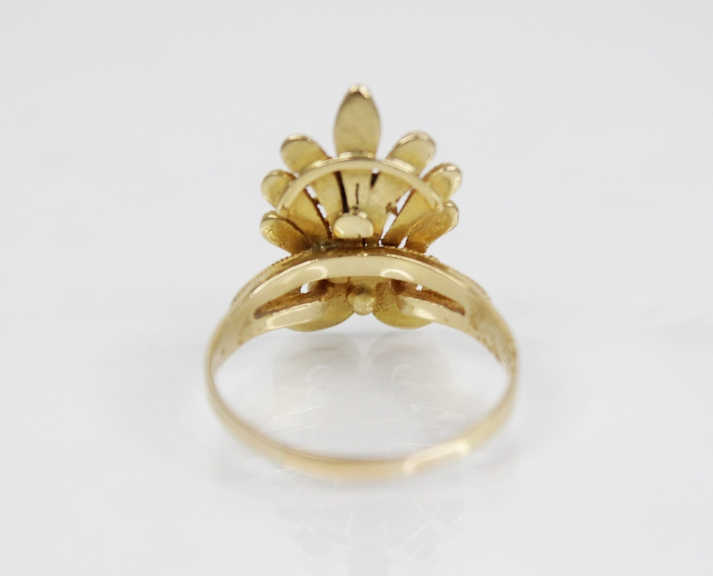 An 18ct gold dress ring, designed as bee set to a stylized leaf with rope twist decoration, 23mm x - Image 3 of 3