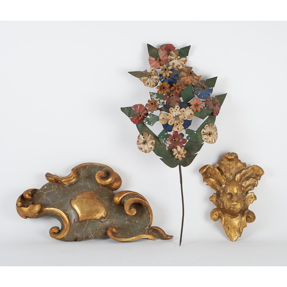 DUE FREGI in legno ed una COMPOSIZIONE floreale in ferro