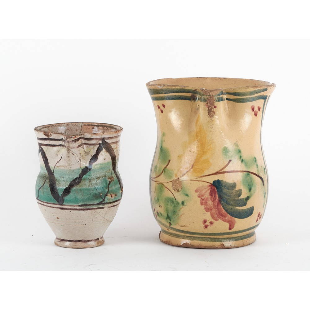 CANNATA e BROCCA in ceramica smaltata e decorata.