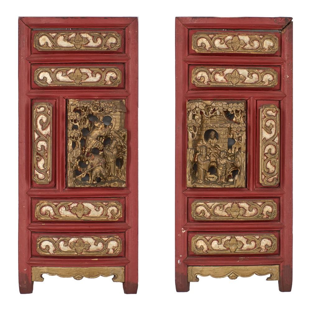 DUE PANNELLI in legno intagliato e decorato