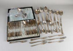 Silberbesteck, 833/000, mit 11 Esslöffeln, 12 Gabeln, 4 Dessertlöffeln und 6 Gabeln, einem Saucen