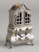 Silberne Miniatur in Form eines Schranks, 835/000, mit konturierter Theke, 3 Schubladen und Gravur.