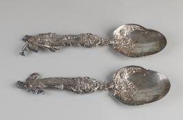 Zwei silberne Dreschflegel, 925/000, mit einer birnenförmigen Schale mit Blumendekor und einem tei