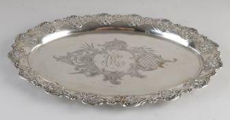 Silbertablett, 800/000, ovales, gesägtes Modell, verziert mit Lappen und Gitterdekor.Ausgestatte