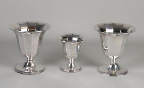 Drei silberne Kelche, 925/000, 2 große Modelle und ein kleines Modell auf einem 12-seitigen Boden