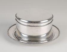 Silberkeksdose mit dazugehöriger Untertasse, 835/000.Runde Keksdose mit Perlenrand und Klappdeck