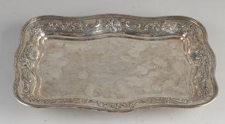 Silbertablett, 925/000, rechteckiges Modell mit floraler Kante, auf 4 Lockenschenkeln platziert.3