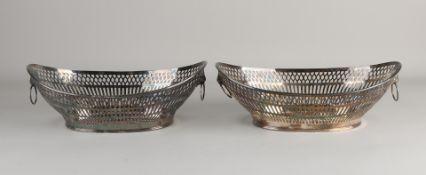 Seltenes Set silberner Brotkörbe, 835/000, kahnförmige gesägte Körbe mit Bardekor. Ausgestattet