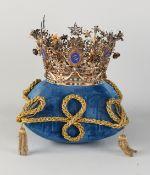Spezielle Krone, silbervergoldet, reich verziert mit Girlanden, Puttenbechern, Locken und Blumen.