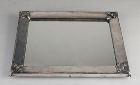 Silberner Spiegel, 835/000, großer rechteckiger Silberrahmen mit Blattdekoration an den Ecken.Mi