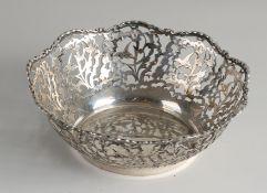 Silberschale, 800/000, rundes gesägtes Modell mit Biedermeier-Muster mit überbackener Kante.ø