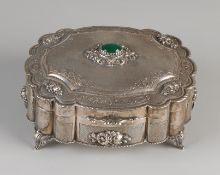 Silberne Schachtel mit Deckel, 800/000, ovales Modell, wunderschön verziert mit Blumengravur und a