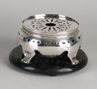Silberner Komfort, 833/000, auf rundem Holzsockel.Runde Bettdecke mit rundem und rautenförmigem
