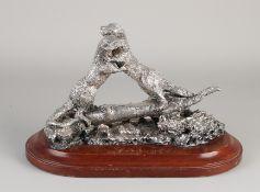 Silberstatue, 925/000, von 2 spielenden Ottern auf einem Baumstamm.Auf einen ovalen Holzsockel ge