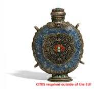 A PILGRIM BOTTLE WITH THE ASHTAMANGALA. Tibet / Mongolia. 19th-20th c. Silver in repoussé, lapis-