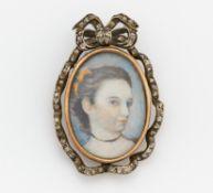 BROSCHE MIT PORTRAITMALEREI. 585/- Rotgold, Punze, Silber, Malerei auf Porzellan, Glas,