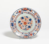 IMARI PLATE WITH FLORAL DECOR. China. Qing Dynasty. 18th c. Export porcelain. Underglaze blue and