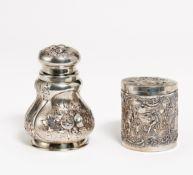 ZWEI DOSEN MIT REICHEM RELIEFDEKOR. U.a. Deutschland. Silber, 1 x Innenvergoldung. Ca. 300g. H.13/