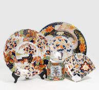 FOUR DISHES WITH FLOWERS. Japan. Edo/Meiji period. Arita porcelain, painted in Imari and gold. Ø
