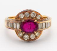 RUBIN-DIAMANT-RING. 750/- Gelbgold, Punze, Gesamtgewicht: ca. 5,5 g. EU-RM: 48. 16 Diamanten im