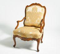 ARMLEHNSESSEL LOUIS XV. Frankreich. Buche geschnitzt, gepolstert. H. Lehne 103, Sitzhöhe 45cm.