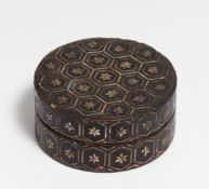 SMALL ROUND INCENSE BOX. China. Ming dynasty (1368-1644). Wood and paper with lacquer, inlay of