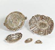 3 DEKORATIVE SCHALEN UND SCHÄLCHEN STIL ROKOKO. Silber. Ca. 544g. 30x22/20x15,5/10,5x7cm. 800,